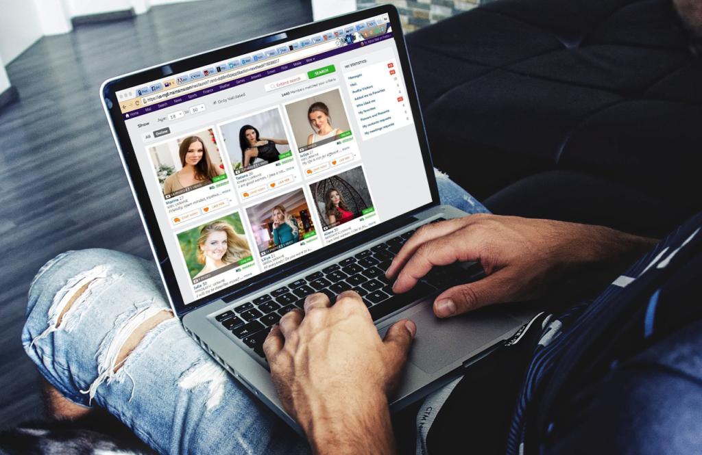 На экране ноутбука отображается сайт знакомств