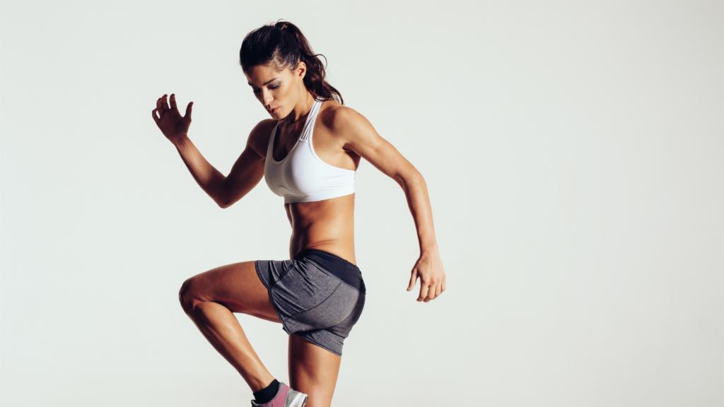Женщина в спортивном костюме - занимается упражнениями