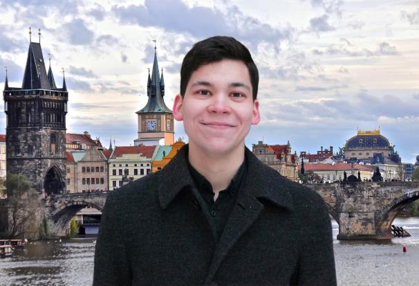 Саша Зуев на фоне Карлова Моста в Праге